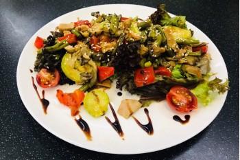 Салат с индейкой и вешенками