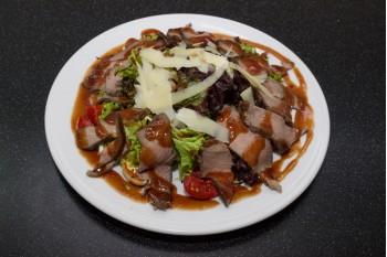 Салат с говядиной и соусом барбекю